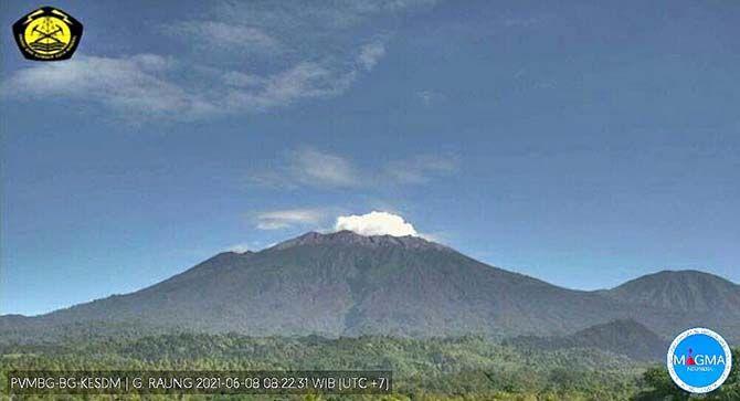 PUTIH PEKAT: Gunung Raung terlihat mengeluarkan asap dari puncak kawah setinggi 200 meter, kemarin (9/6).