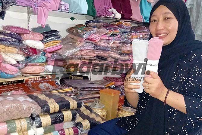 STOK: Fitriyah  mengemas kerudung yang akan dijual untuk souvenir haji di tokonya Dusun Sumbersuko, Desa Yosomulyo, Kecamatan Gambiran, kemarin (9/6)