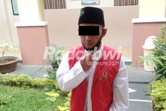 TEGA HAMILI KEPONAKAN: Terdakwa S berjalan menuju ruang sidang Pengadilan Negeri Banyuwangi kemarin.
