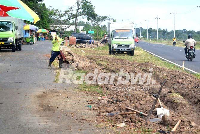 PONDASI: Pekerja menuangkan material bangunan di lokasi proyek RTH di bekas Letter S Jalan Wiroguno, Dusun Balokan, Desa Dasri, Kecamatan Tegalsari, kemarin (14/6)