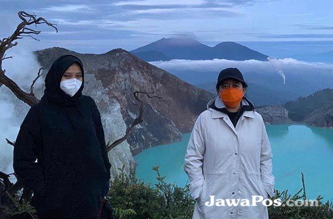 Bupati Ipuk (kiri) bersama Ketua DPR RI Puan Maharani di puncak Gunung Ijen beberapa waktu lalu.