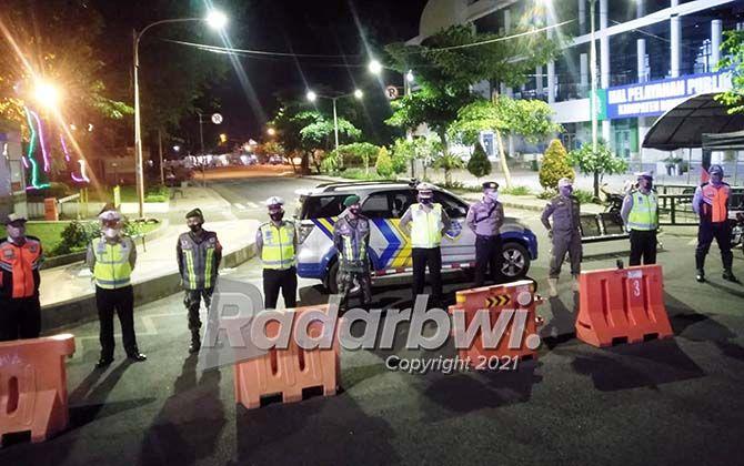 DILARANG MELINTAS: Aparat gabungan menutup jalan di dekat Taman Sri Tanjung, Minggu malam (4/7).