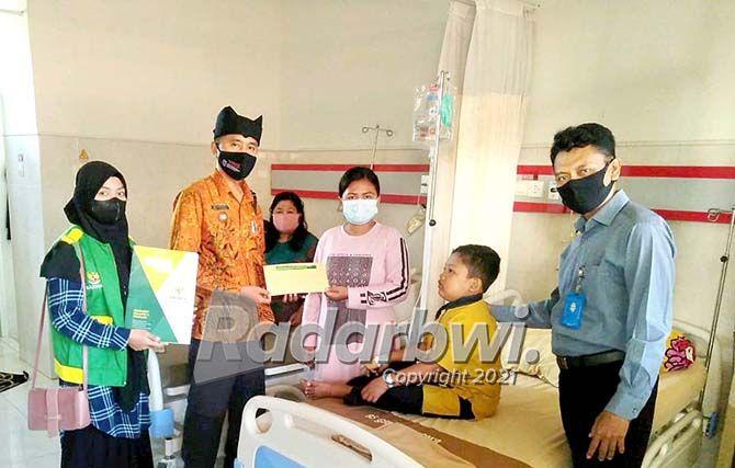 PASIEN: Dino Akbar Lianto  Putra pasangan Sugianto dan Sulastri tergolong keluarga miskin.
