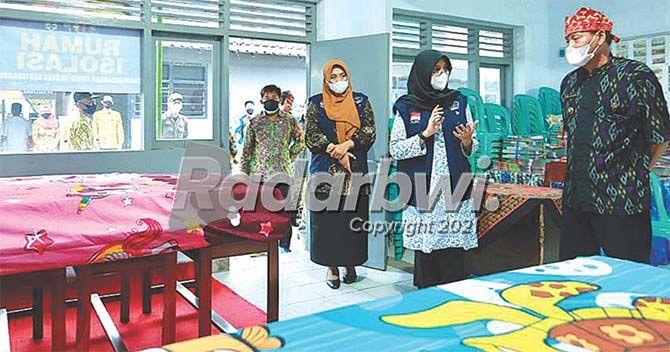 MANFAATKAN GEDUNG TK: Bupati Ipuk Fiestiandani meninjau tempat isolasi terpusat di Desa Genteng Kulon, Kecamatan Genteng, Kamis (8/7).