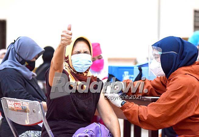 ACUNGKAN JEMPOL: Warga antusias mengikuti vaksinasi di Kelenteng Hoo Tong Bio, Sabtu kemarin (10/7). Dalam vaksinasi massal tersebut, Polresta menyiapkan 2.000 dosis vaksin.