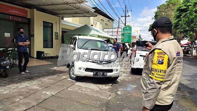 DUKA: Mobil yang membawa Ratih dan keluarganya saat tiba di RS Al Rohmah Jajag, Kecamatan Gambiran, kemarin (9/7).