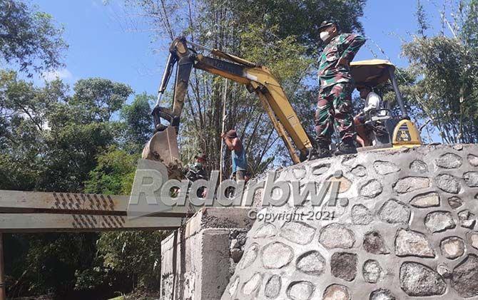 MEGAH: Dandim 0825 Banyuwangi Letkol (Inf) Yuli Eko Purwanto meninjau proyek TMMD ke-111 di Desa Kebaman, Kecamatan Srono kemarin (11/7).