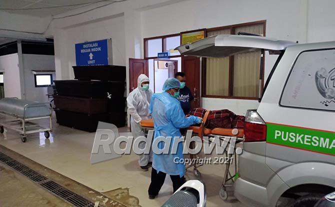 TANPA IDENTITAS: Petugas mengevakuasi jenazah Mrs X yang ditemukan di tepi jalan raya, depan pintu gudang Desa/Kecamatan Kabat, Selasa malam (13/7).