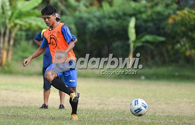 GIRING BOLA: Khoirul Anam, mantan pemain Bhayangkara FC U-18 asal Jember ikut berlatih bersama tim Banyuwangi Putra, kemarin.