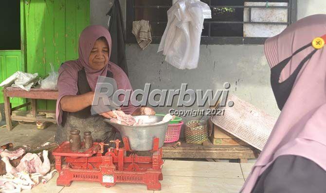 STABIL: Pedagang ayam melayani pembeli di lapak rumahan Desa Wringinrejo, Kecamatan Gambiran kemarin (15/7).