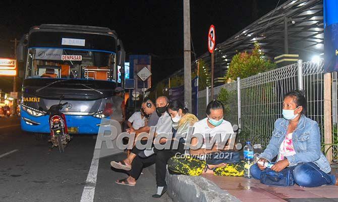 MENGINAP DI PELABUHAN: Calon penumpang kapal memilih menunggu di pelabuhan sampai rute penyeberangan Ketapang-Gilimanuk untuk kendarana nonlogistik dibuka kembali.
