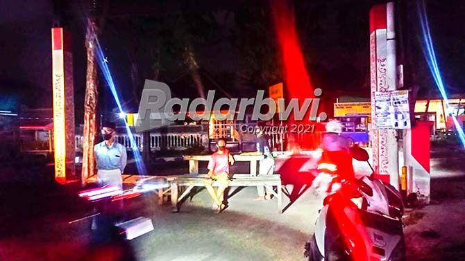 DITUTUP: Sejumlah warga Lingkungan Krajan, Kelurahan/Kecamatan Giri, menutup jalan tikus di kampungnya, Rabu malam (14/7).