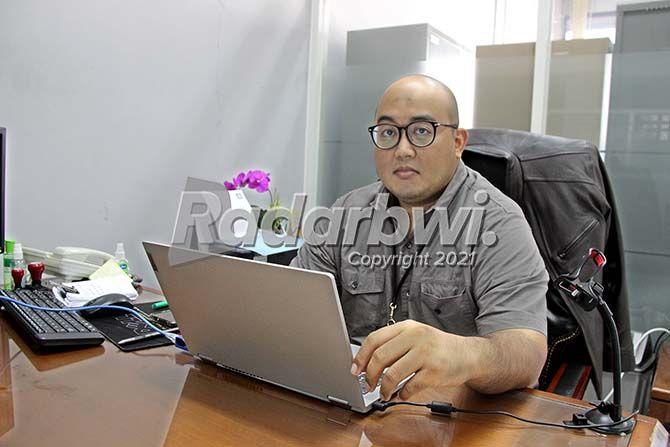 KERJA ONLINE: Manager Operasional BRI Banyuwangi Mohammad Alfi Syahlim tetap bekerja namun secara online kemarin (15/7).