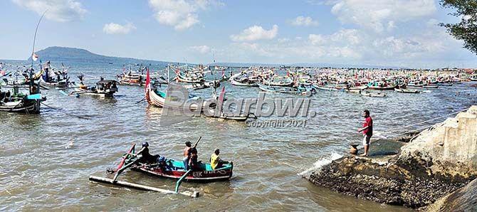 BERANGKAT: Nelayan Muncar nekat melaut meski ada imbauan ombak di tengah laut sedang tinggi kemarin (21/7).