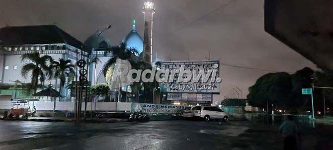 SEPI: Kondisi jalan depan Masjid Agung Baiturrahman Banyuwangi selama masa PPKM Darurat diberlakukan.