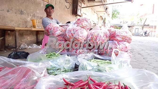 MENUNGGU: Pedagang cabai di Pasar Genteng menunggu pembeli datang di lapaknya kemarin (21/7).