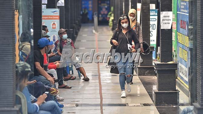 Calon penumpang kapal antre melakukan tes swab di salah satu klinik yang buka stan di ASDP Ketapang.