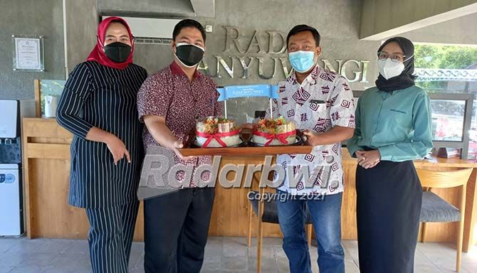 UCAPAN DARI MITRA: Manajer Iklan JP-RaBa HM Sidrotul Muntoha (dua dari kanan) menerima kue tart dari pimpinan Hotel Ketapang Indah Banyuwangi, Senin (26/7) pagi.