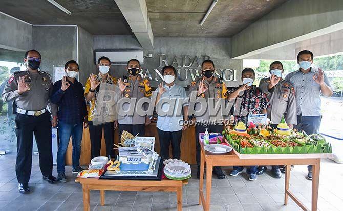 ULTAH KE-22 JP-RABA:  Kapolresta AKBP Nasrun Pasaribu bersama rombongan foto bersama Direktur JP-RaBa Samsudin Adlawi di ruang front office Jawa Pos Radar Banyuwangi kemarin.