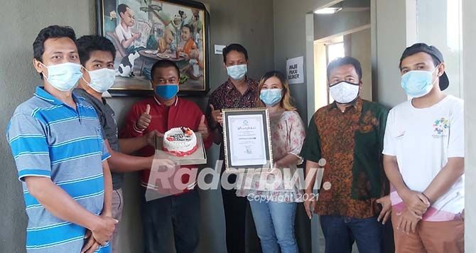 TERVERIFIKASI ADMINISTRASI DAN FAKTUAL: Kru Radar Banyuwangi menunjukkan sertifikat dari Dewan Pers untuk radarbanyuwangi.id, media online di bawah naungan Jawa Pos Radar Banyuwangi, kemarin.
