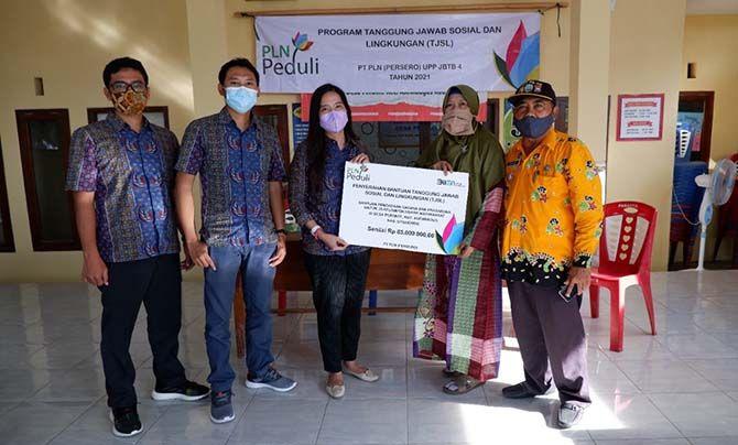 "Caption: Penyerahan bantuan tanggung jawab sosial dan lingkungan (TJSL) oleh Perwakilan PLN UIP JBTB kepada Usaha Kecil Menengah (UKM) yang tergabung dalam Kelompok ""Perante Jaya"" di Desa Perante, Asembagus, Situbondo, Jatim, pada akhir Juni 2021."