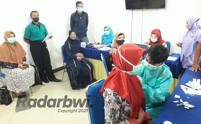 KONTINYU: Pelaksanaan vaksin ketiga bagi tenaga kesehatan di RSI Fatimah Banyuwangi. RSIF juga sedang gencar melakukan vaksinasi dosis kedua untuk berbagai kalangan masyarakat.