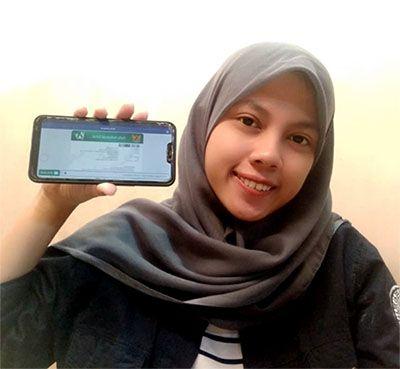 PUAS PELAYANAN: Ayuc Shinta Indah Sari (21) warga kelurahan Kedungwungu Kabupaten Banyuwangi yang sudah mendapatkan kemudahan dalam pelayanan BPJS Kesehatan Banyuwangi.