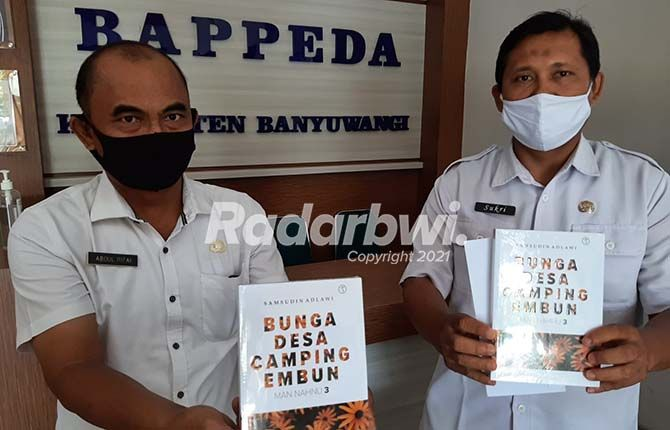 BIROKRAT: Abdul Rifai dan Sukri menerima buku Man Nahnu 3: Bunga Desa Camping Embun di kantor Bappeda Banyuwangi.