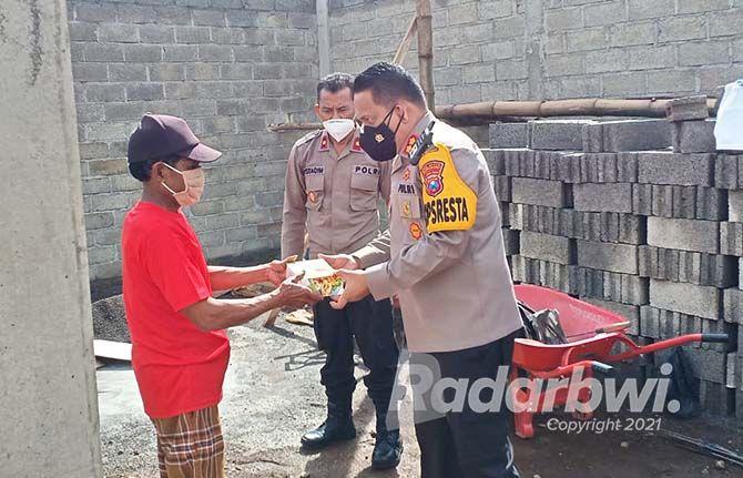 BANTU SESAMA: Kapolresta Banyuwangi AKBP Nasirun Pasaribu menyerahkan bantuan pada yang terdampak angin puting beliung di Dusun/Desa/Kecamatan Bangorejo kemarin (10/9).
