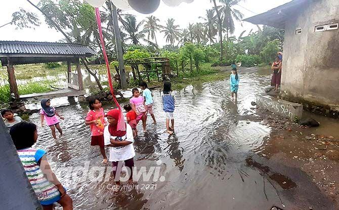 LANGGANAN BANJIR: Air masih menggenangi halaman rumah warga di Lingkungan Pakis Rowo RT 02/RW 01 dan RT 01/RW 01, Kelurahan Pakis, Kecamatan Banyuwangi, kemarin (12/9).