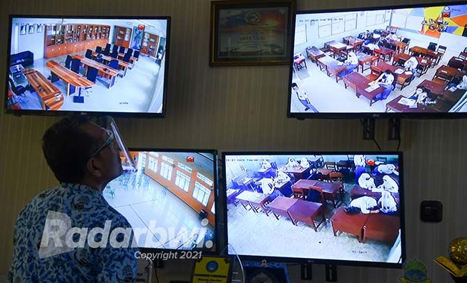 KETAT: Salah satu lokasi ujian PPPK Guru berada di SMAN 1 Giri Banyuwangi. Setiap ruangan di sekolah tersebut bisa dipantau melalui kamera CCTV.