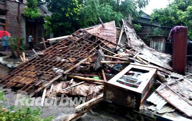 RATA DENGAN TANAH: Rumah milik Arif Ariyanto warga Desa Buduan, Kecamatan Suboh, ambruk akibat diterjang angin.