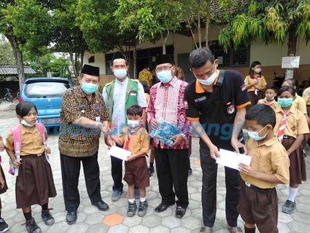 Bantuan Peralatan Sekolah untuk Siswa