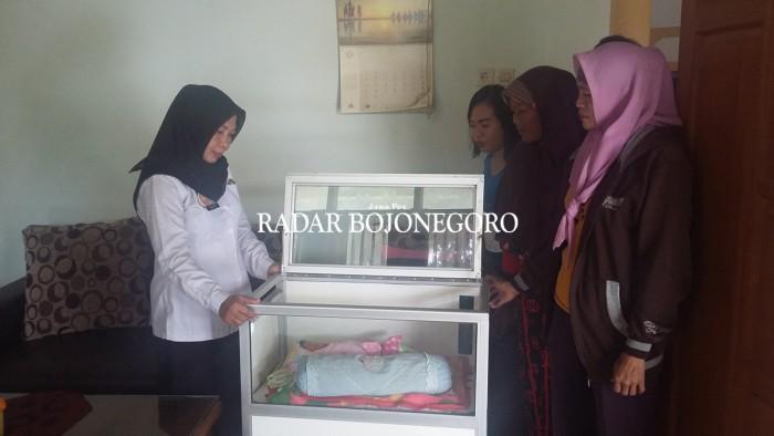 DITITIPKAN KE DINSOS PROVINSI: Bayi yang ditemukan tanpa orang tuanya di Desa Selorejo, Kecamatan Sambeng.