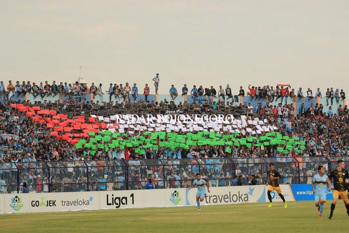 Suporter yang membentangkan bendera palestina ditengah permainan