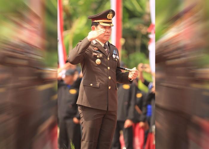 BERI HORMAT: Kapolres Lamongan AKBP Juda Nusa Putra, memberikan hormat kepada sang saka Merah Putih.