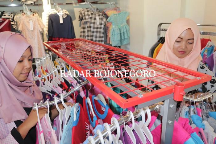 RAMAI: Salah satu toko pakaian yang menyediakan pakaian lokal ditengah persaingan pasar busana impor.