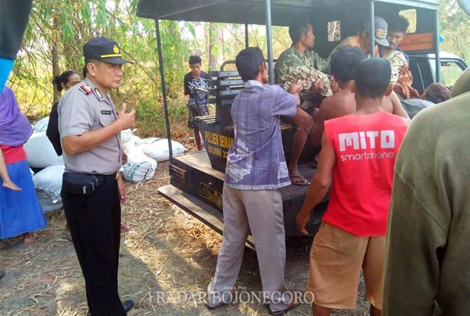 CELAKA: Polisi memeriksa kondisi tempat kejadian perkara di bawah jembatan Kali Bango, kemarin (11/9).