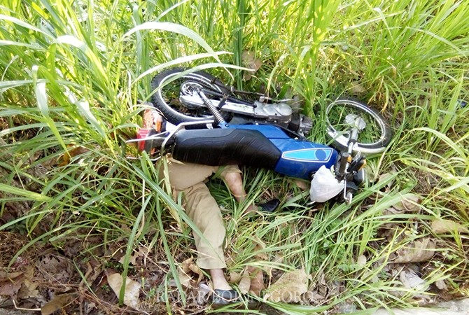 MAUT MENJEMPUT: Mardi, pegawai Dinas Kominfo Tuban saat dievakuasi polisi bersama warga. Kemarin, dia mengalami kecelakaan tunggal di Desa Gesikan, Kecamatan Grabagan yang mengakibatkan meninggal.