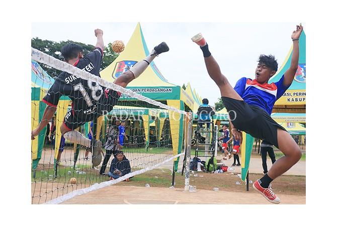 SPORTIF: Para atlet berlomba dalam ajang Gala Desa di GOR Rangga Jaya Anoraga, kemarin.