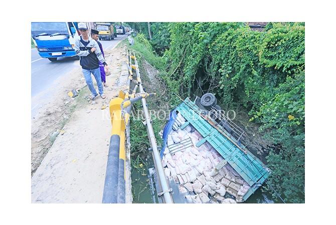 NYUNGSEP: Gandengan truk yang masuk ke sungai Bogoran, Desa Bogorejo, Kecamatan Bancar, kemarin (15/1).