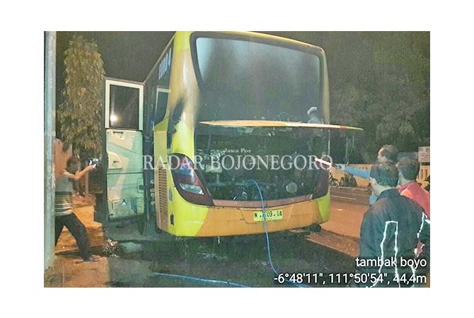 TERPANGGANG: Bus PO Pahala Kencana yang terbakar di jalan Tuban-Bulu, persisnya di Desa/Kecamatan Tambakboyo, Selasa (16/1) malam lalu.