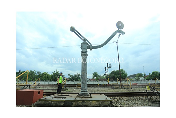 MASIH TERAWAT : Tempat pengisian air untuk kereta api uap masih terawat di Staisun Bojonegoro.
