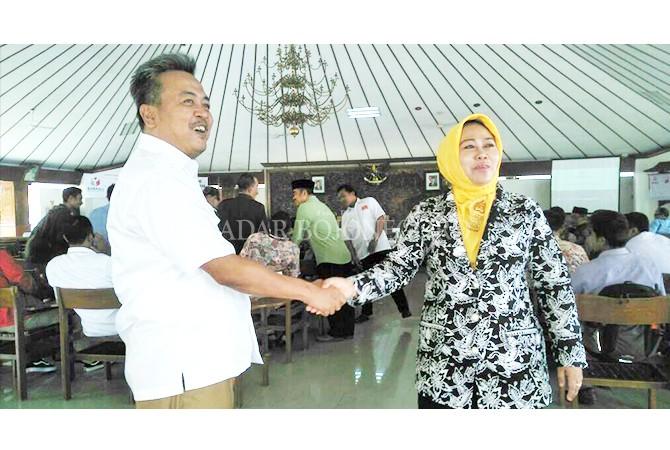 BUTUH KOMITMEN: Ketua DPC Gerindra Budiono bersapa cawabup Mitroatin disela menunggu deklarasi menolak politik uang.