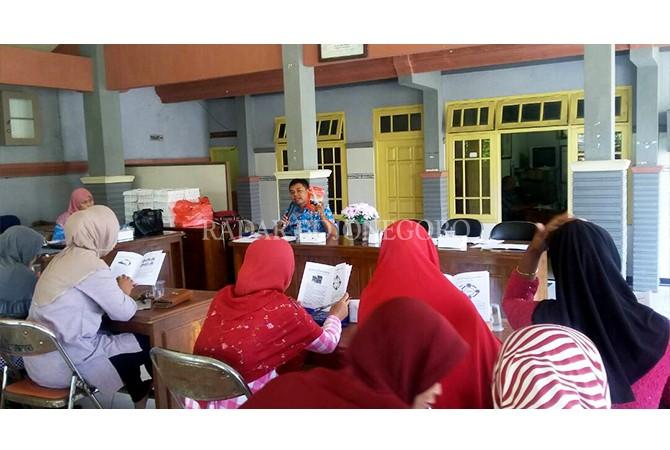 MELIBATKAN MASYARAKAT: Kelas kader PSN-DBD dibentuk untuk menekan kasus penyakit DBD di Kecamatan Deket.