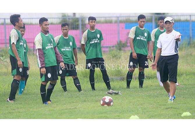 SIAP TEMPUR: Pemain Bumi Wali FC saat berlatih di Stadion Lokajaya Tuban, Senin (12/3).