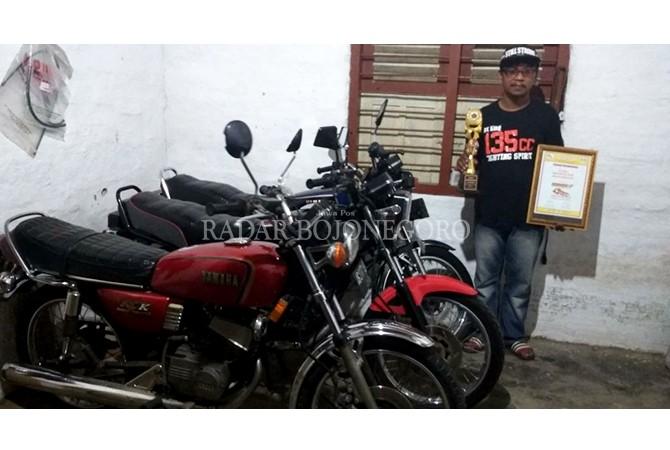 KOLEKTOR: Nirwan dan koleksi motor King-nya yang kerap menyabet juara pertama orisinalitas motor tingkat nasional.