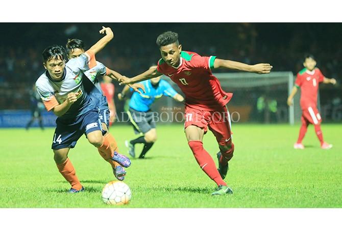 SANG KAPTEN: Agus Budi Prasetyo saat berlaga membela Persibo dalam lanjutan Liga 3 tahun 2017 saat uji coba melawan timnas U-21. Agus menjadi kapten Persibo sejak 2017.
