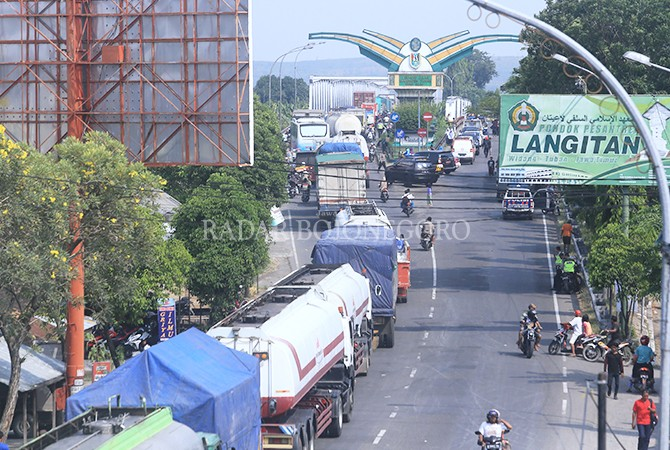PADAT: Pertigaan Manunggal Utara yang menjadi pusat pengalihan arus dari Jalan Panglima Sudirman ke Jalan Tuban – Panyuran.