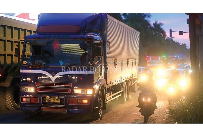 PADAT: Jalan Ahmad Yani Bojonegoro sangat padat menjelang malam. Kepadatan karena pengalihan lalin pantura.